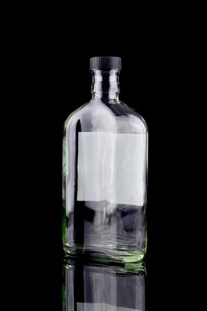 jarra de cerveza: Botella vacía aislada en negro