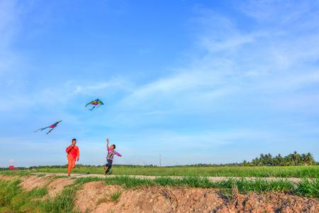 马来西亚穆斯林男孩在独立日玩风筝