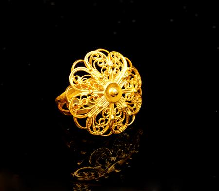 mooie antieke Oosterse Turkse gouden sieraden vrouwen ring handgemaakte zwarte achtergrond
