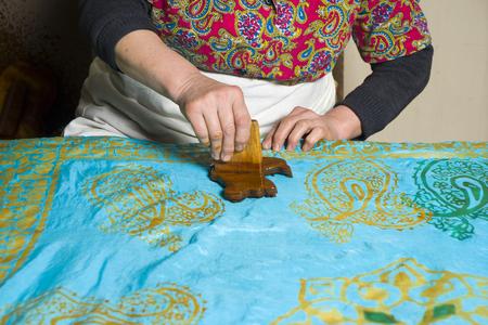 the female master, puts the drawings on kalagayi, Oriental, Turkish silk scarves. Foto de archivo