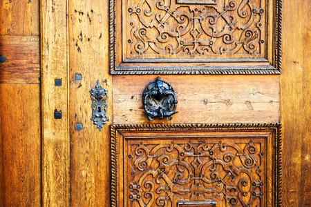 Puerta marrón vieja cerrada, puerta con manijas de hierro