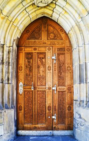 Puerta marrón vieja cerrada, puerta con manijas de hierro Foto de archivo