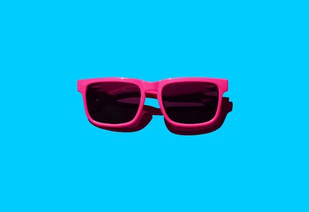 Pink sunglasses pattern on pastel background. Minimal summer concept. Isometric print Stockfoto
