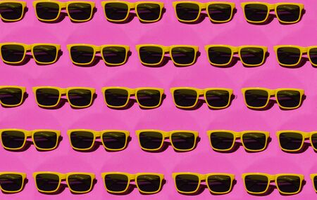yellow sunglasses pattern on pink pastel background. Minimal summer concept. Isometric print Stockfoto
