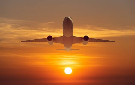 Passagierflugzeug fliegt über Startbahn vom Flughafen bei Sonnenuntergang, Sonnenaufgang airport