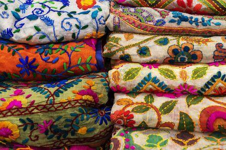 bunte indische Damenschals aus Seide und Baumwolle im Schaufenster