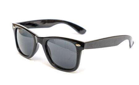 Schwarze stilvolle Herrensonnenbrille, isolieren auf weißem Hintergrund
