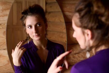 spiegels: Portret van een vrouw voor een spiegel.