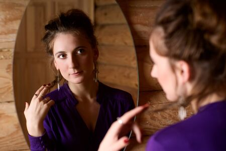 mirar espejo: Retrato de una mujer delante de un espejo.  Foto de archivo