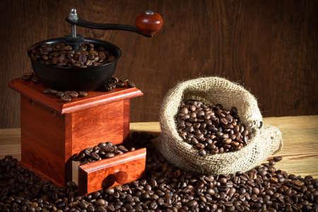 młynek do kawy: Młynek kawy z ziaren kawy worek
