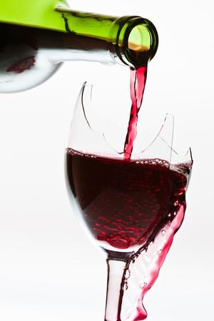 d�bord�: D�bordement de vin dans le verre bris�