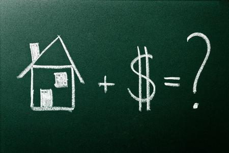 dolar: El concepto de compra de una casa de color verde pizarra Foto de archivo