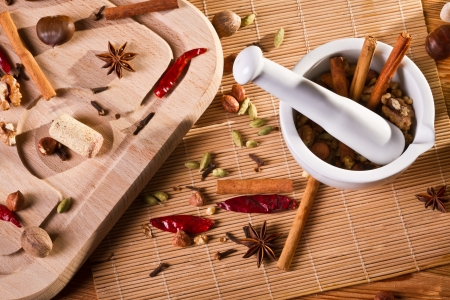 dried spice: Mortero blanco y diferentes tipos de especias