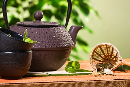 kettle: Teapot with cup and fresh mint leaves