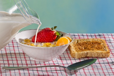 corn flakes: Lait et fruits frais avec des flocons de ma�s