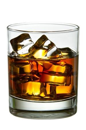 Whisky con cubitos de hielo en el vidrio