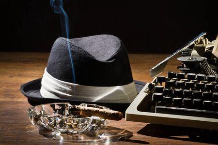 Alte mechanische Schreibmaschine Zigarre und Hut