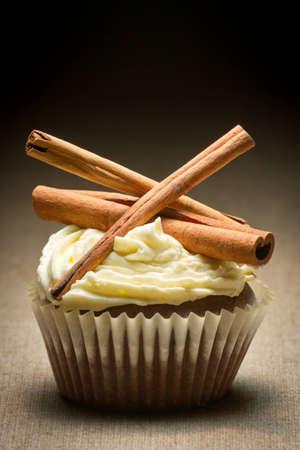 'cinnamon bark': Muffin with cinnamon bark and vanilla cream Stock Photo