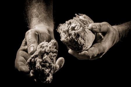 Das Teilen von Brot als ein Konzept der Hilfe f�r die Armen Lizenzfreie Bilder