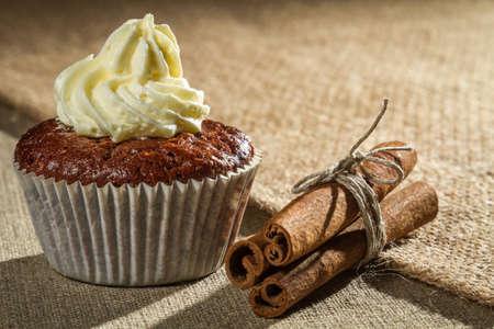 'cinnamon bark': Chocolate muffin with vanilla cream and cinnamon bark