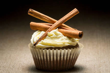 'cinnamon bark': Muffin with cinnamon bark and cream