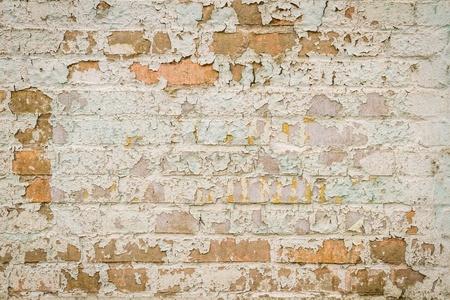 pared rota: Pared de ladrillo antiguo con pintura descascarada
