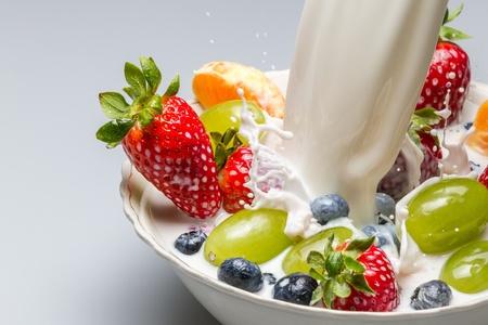 Schuss Milch schiebt frisches Obst aus der Schale