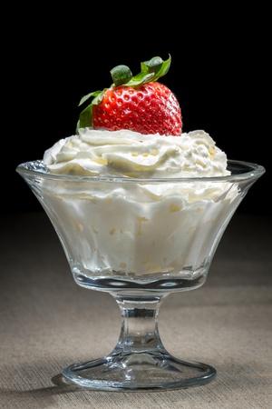 coppa di gelato: Starwberry con panna in una ciotola di vetro Archivio Fotografico