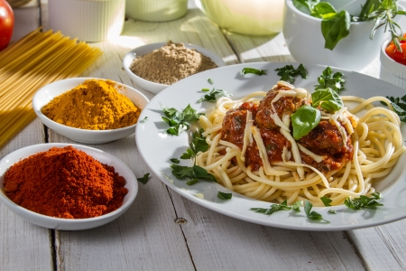 Spaghetti served with fresh vegetables photo