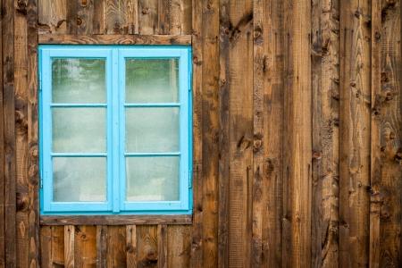 Altes Haus mit blauen Fenster Hintergrund Lizenzfreie Bilder