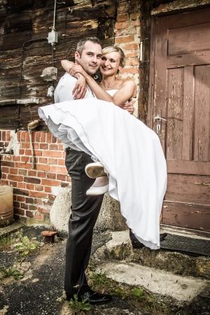 brings: Lo sposo porta la sposa a casa Archivio Fotografico