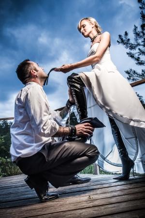 dominare: Strano giovane coppia in una situazione di posizione dominante