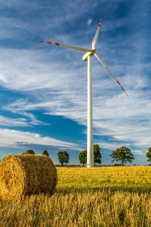 Windm�hle auf dem Feld als Symbol f�r gr�ne Energie Lizenzfreie Bilder