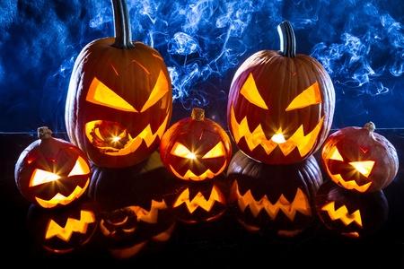 calabazas de halloween: Fumar grupo de calabazas de Halloween en la mesa de m�rmol
