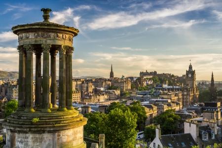 Hermosa vista de la ciudad de Edimburgo desde Calton Hill