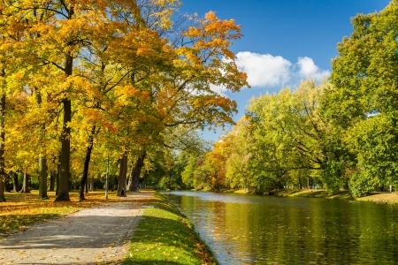 Fluss im Herbst Park an einem sonnigen Tag Lizenzfreie Bilder