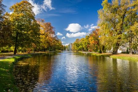 秋の公園、川沿いの反射 写真素材