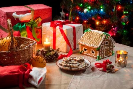 weihnachtskuchen: Geschenke und Lebkuchen auf dem Tisch an Heiligabend