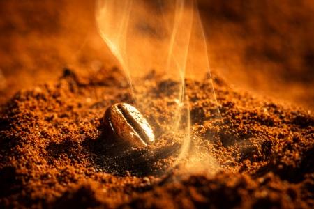 granos de cafe: Primer uno los granos de caf� quemados