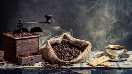 granos de cafe: Perfume de preparaci�n de caf� de la vendimia en fondo humo