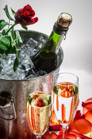 bouteille champagne: Closeu de rose rouge et le champagne froid pour la Saint-Valentin