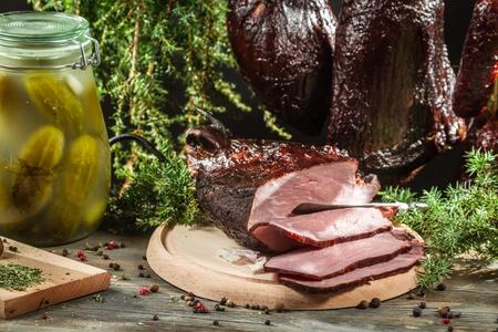 viandes et substituts: Jambon fra�chement fum� dans un garde-manger en milieu rural