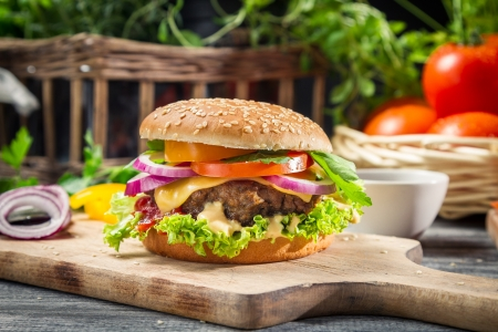 野菜と牛肉のハンバーガーのクローズ アップ