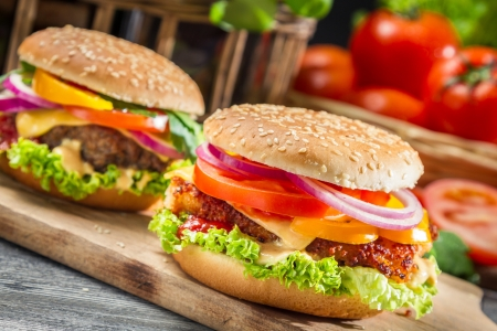 Close-up van twee zelfgemaakte hamburgers