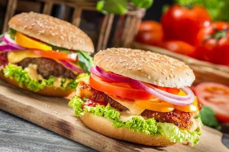 HAMBURGESA: Primer plano de dos hamburguesas caseras