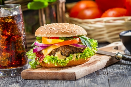 Tradicional desayuno americano compuesto por hamburguesa Foto de archivo