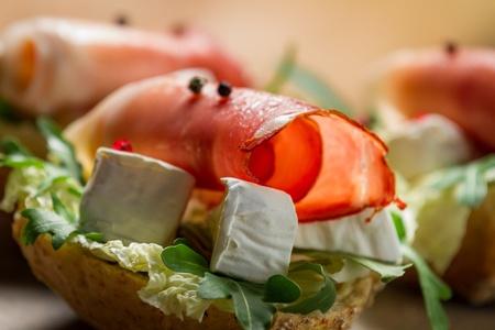 Primer plano de sandwiches de jam�n y queso brie Foto de archivo - 18889444