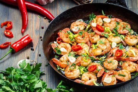 prepared shrimp: Freshly fried shrimps with herbs on old pan
