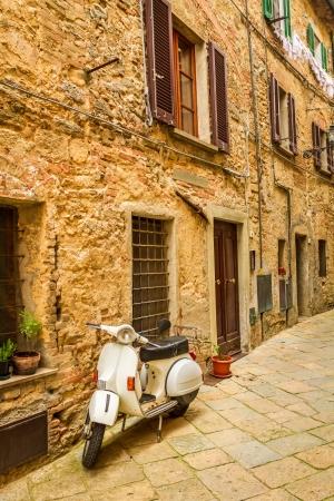 vespa piaggio: vecchio scooter su una piccola strada nel centro storico, Italia