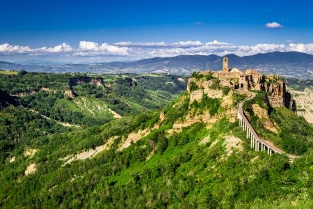 Antike Stadt auf dem H�gel in der Toskana auf einem Berge Hintergrund. Lizenzfreie Bilder